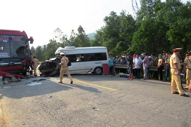 Rất đông cán bộ, chiến sĩ công an huyện được huy động vào cuộc để xử lý vụ việc và nhanh chóng khơi thông tuyến đường. Ảnh: TRIÊU NHAN