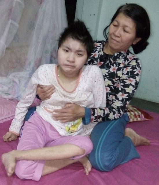 Cô con gái gia đình ông Du dù đã 30 tuổi nhưng vẫn nằm một chỗ. Ảnh: CHÂU NỮ