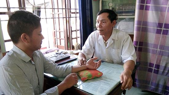 Lương y Trần Trừng khám bệnh miễn phí cho bệnh nhân. Ảnh: CHÂU NỮ