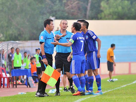Trọng tài Nguyễn Trọng Thư (người đứng giữa) được coi là người khơi mào cho sự cố trên sân Thống Nhất trong trận đấu TP.Hồ Chí Minh và Long An.