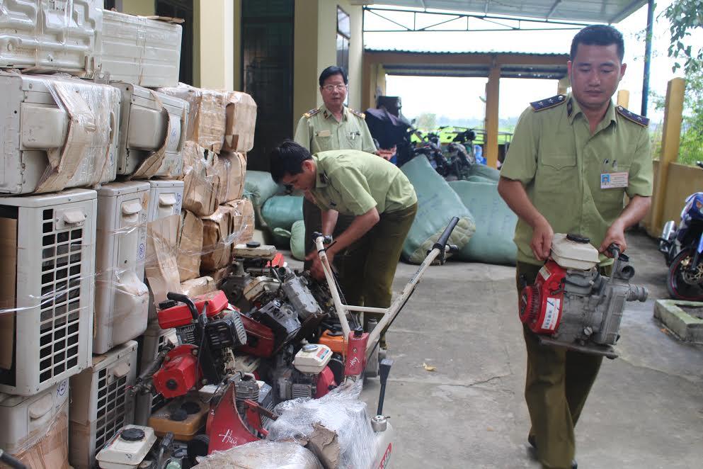 Lực lượng chức năng đang kiểm tra số lô hàng máy móc nhập khẩu qua sử dụng không có hóa đơn.