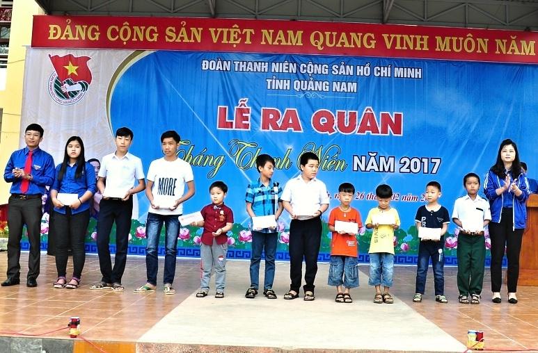 Tỉnh đoàn trao tặng 10 suất học bổng cho con em công nhân có hoàn cảnh khó khăn trên địa bàn huyện Thăng Bình. Ảnh: VINH ANH