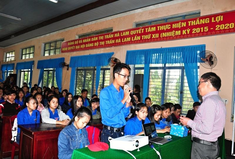 Sau lễ phát động, tại huyện Thăng Bình diễn ra nhiều hoạt động ra quân Tháng thanh niên đầy thiết thực, bổ ích. Trong ảnh là hoạt động tư vấn hướng nghiệp cho học sinh THPT. Ảnh: VINH ANH