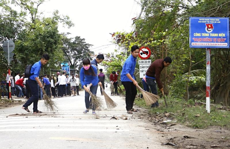 Đến các hoạt động xung kích vì cộng đồng như vệ sinh môi trường, khám bệnh, cấp phát thuốc miễn phí cho thanh niên công nhân... Ảnh: VINH ANH