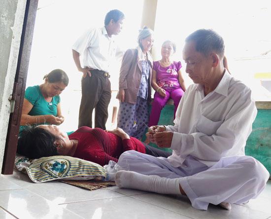 Lương y Trần Văn Hiệu – ông Bảy Nhiều chữa bệnh cho người nghèo.