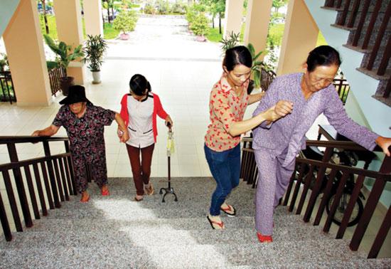 Chăm sóc người có công tại Trung tâm Nuôi dưỡng - điều dưỡng người có công. ảnh: phương thảo