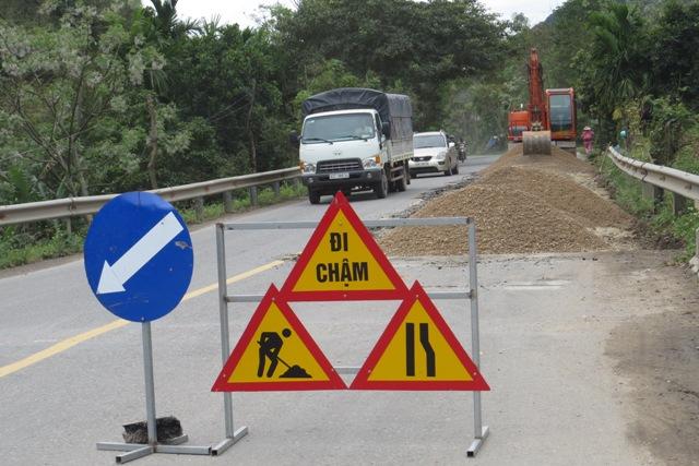 Biển cảnh báo chạy chậm tại những vị trí đường bị hư hỏng. Ảnh: TRIÊU NHAN