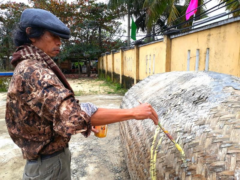 Họa sỹ Nguyễn Thượng Hỷ (đến từ Quảng Nam) đang bắt đầu thực hiện tác phẩm của mình trên một chiếc ghe cũ.