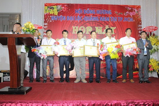 Lãnh đạo huyện Đại Lộc trao tặng giấy khen cho các tập thể, cá nhân xuất sắc. Ảnh: VT