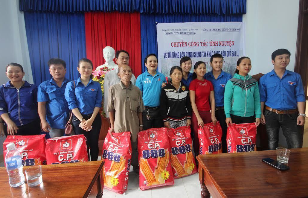 Hỗ trợ bắp giống cho người dân xã Quế Lâm. Ảnh: MINH THÔNG