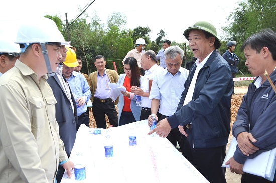 Chủ tịch Đinh Văn Thu kiểm tra thực địa GPMB tại Thăng Bình. Ảnh: CÔNG TÚ