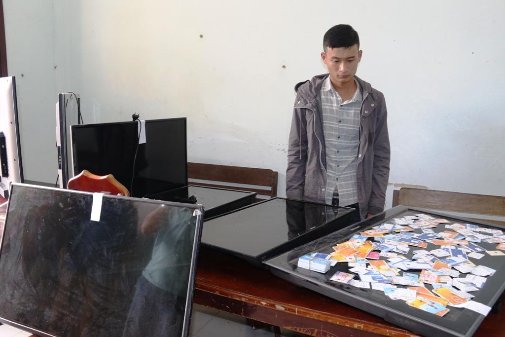 Siêu trộm Huỳnh Văn Vương với số tang vật được cơ quan điều tra thu giữ. Ảnh: THÀNH CÔNG