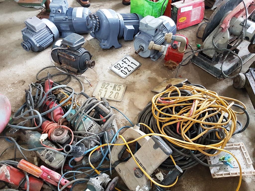 Số mô tơ, thiết bị điện trộm được, Vương bán cho một tiệm cơ khí ở thôn Khương Mỹ, xã Tam Xuân 1.  Ảnh: THÀNH CÔNG