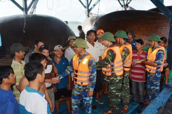 Ngư dân tàu gặp nạn xúc động cảm ơn cán bộ chiến sĩ Bộ đội Biên phòng Quảng Nam.