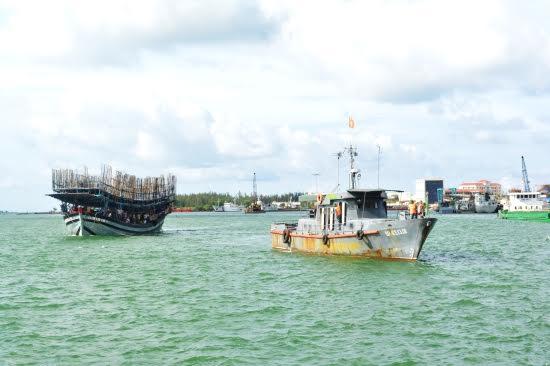 Tàu Hải đội 2 lai dắt tàu tàu cá mang số hiệu QNa 91919 TS gặp nạn gặp nạn của ngư dân vào bờ an toàn.