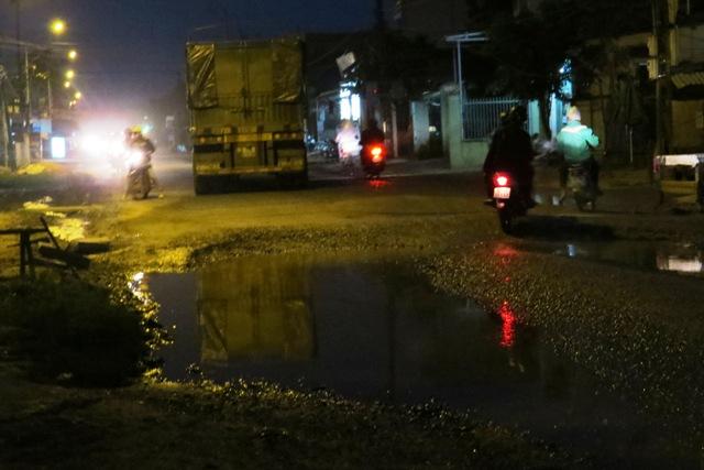 Đoạn ĐT 609 qua thôn Phiếm Ái 2, Đại Nghĩa thường xuyên có những ục nước khổng lồ. Ảnh: TRIÊU NHAN
