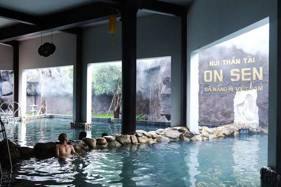 Khu tắm Onsen theo phong cách Nhật Bản