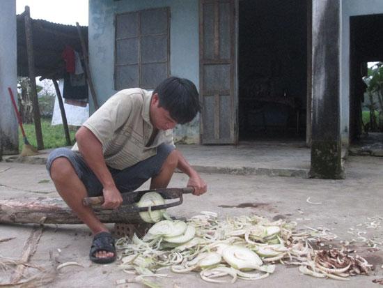 Vừa từ Bệnh viện Ung bướu Đà Nẵng về, Công đã phải xắt thức ăn cho bò.