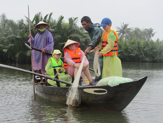 Phụ nữ tại Cẩm Thanh được dự án hỗ trợ tạo sinh kế bền vững qua mô hình du lịch cộng đồng. Ảnh: V.L