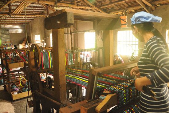 Xưởng dệt thảm lau chân của bà Nguyễn Thị Thông đã góp phần giải quyết lao động cho nhiều phụ nữ khó khăn tại địa phương.