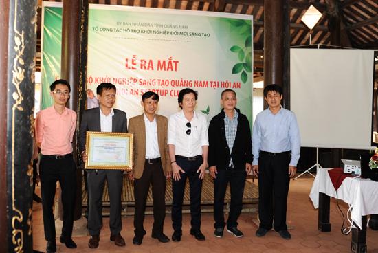 5 thành viên Ban Chủ nhiệm CLB ra mắt. Ảnh: MINH HẢI