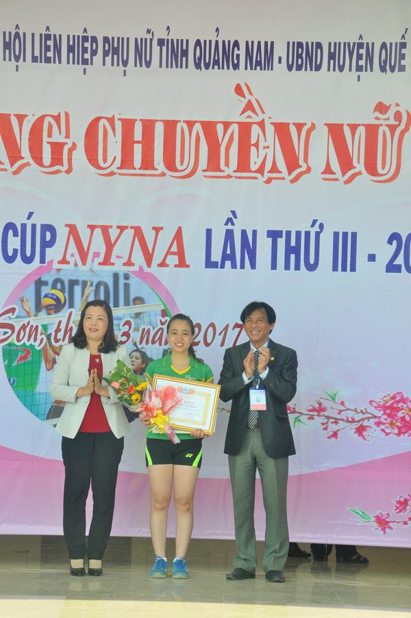 Võ Thị Diệu Linh (Thăng BÌnh) được trao giải Miss của giải. Ảnh: T.VY