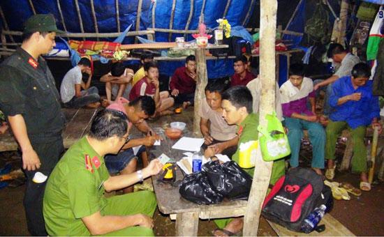 Dù đã tổ chức nhiều đợt truy quét nhưng tình hình khai thác vàng trái phép ở Bồng Miêu vẫn diễn biến phức tạp.Ảnh: T.C
