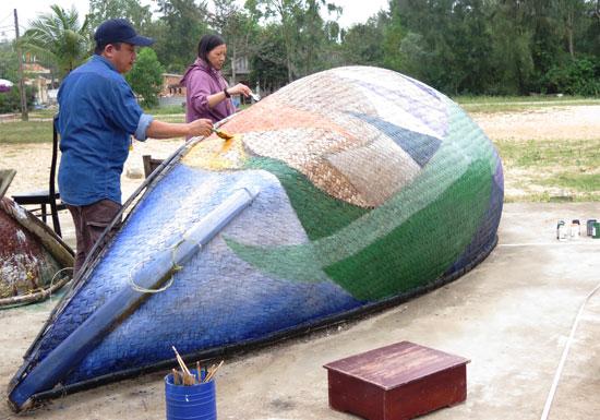 Các họa sĩ đang sáng tác trên thúng tại Tam Thanh hôm 27.2. Ảnh: S.A
