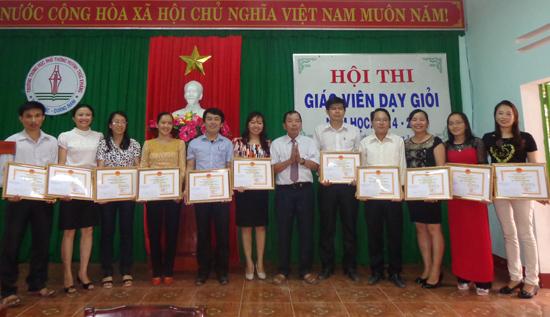thi đua dạy tốt trong hội đồng sư phạm luôn được trường THPT Huỳnh Thúc Kháng chú trọng để nâng cao chất lượng giảng dạy. Ảnh: V.H.S