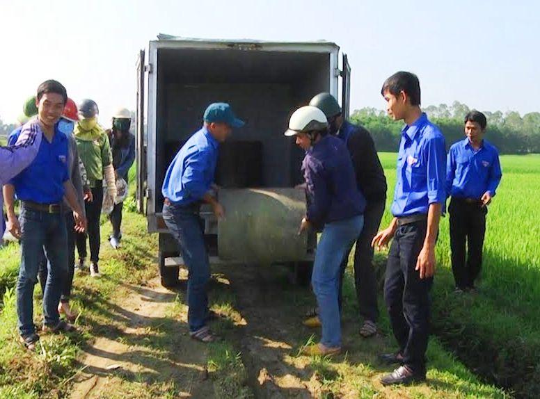 Đoàn viên, thanh niên xã Tam Phước ra quân lắp đặt bể chứa bằng bê tông đựng bao bì thuốc bảo vệ thực vật tại thôn Cẩm Khê.