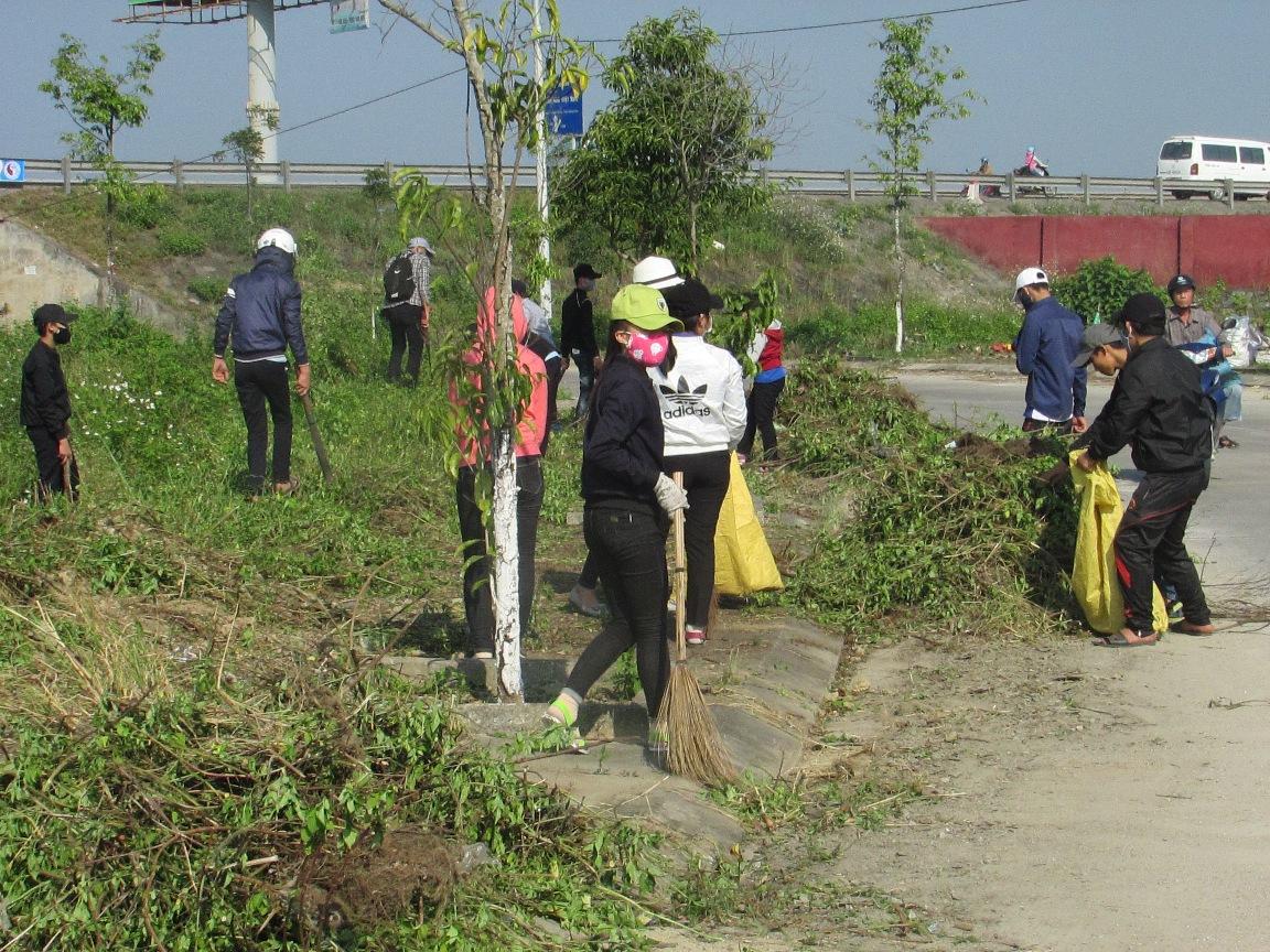 Đoàn viên thanh niên dọp vệ sinh gần cống chui tuyến tránh Vĩnh Điện. Ảnh: HC