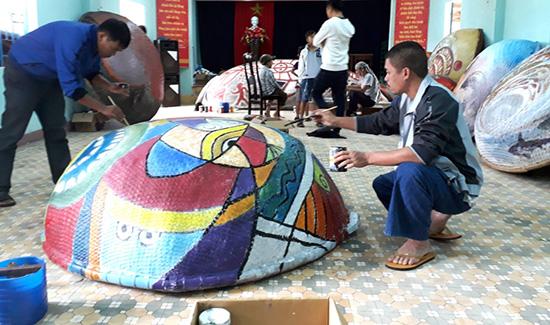"""Các họa sĩ sáng tác trên những chiếc thúng chai, sẽ được trưng bày trong """"con đường thuyền thúng"""" tại Tam Thanh."""