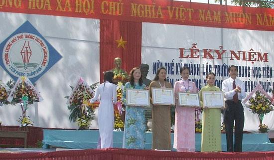 Sở GD&ĐT tặng giấy khen cho các thầy cô giáo có thành tích xuất sắc nhân kỷ niệm 50 thành lập Trường Trung học Tiên Phước và 30 năm thành lập Trường THPT Huỳnh Thúc Kháng năm 2007. Ảnh: T.MỸ