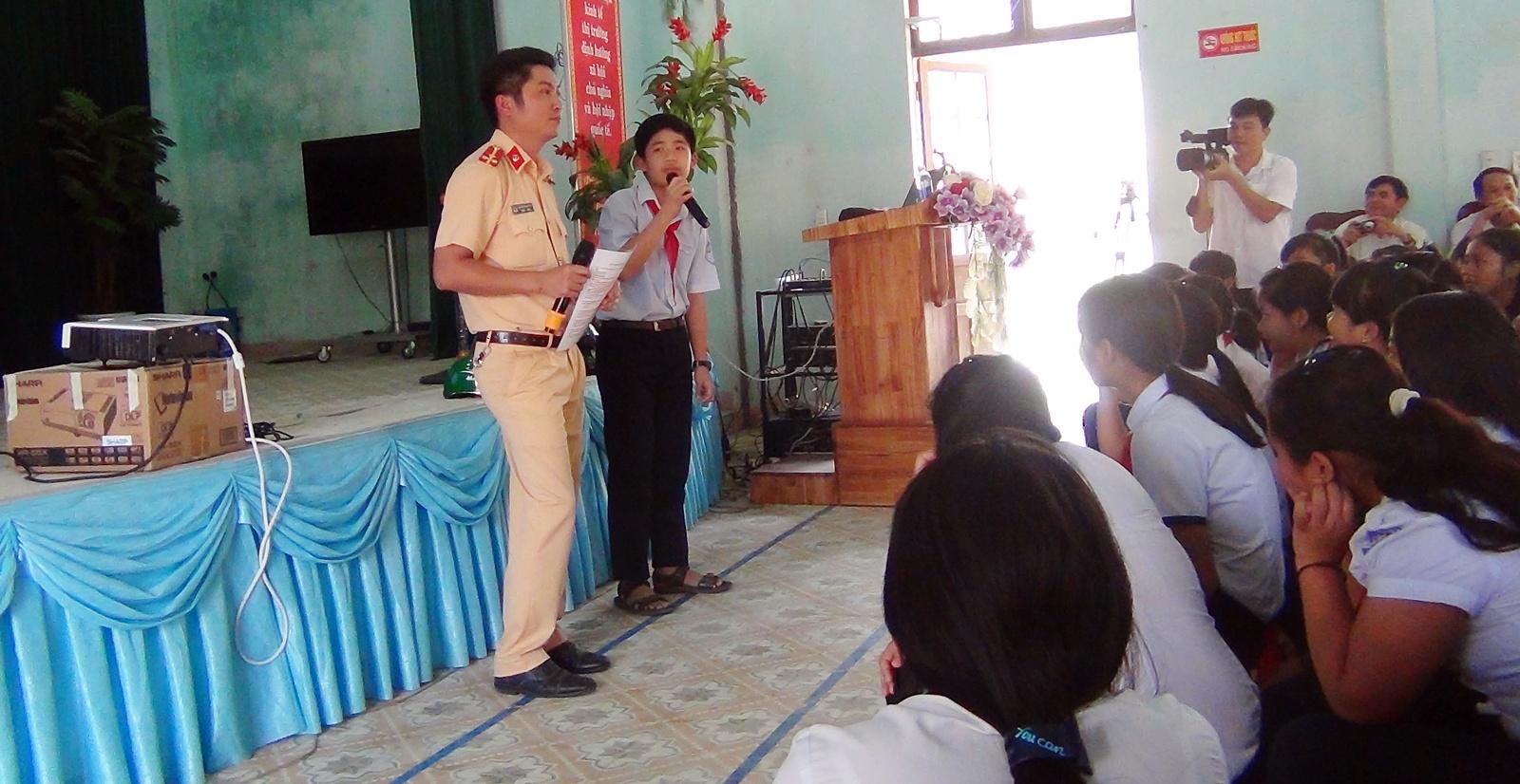 Buổi tuyên truyền đã tạo được hiệu ứng tích cực đối với các học sinh trường Phổ thông dân tộc nội trú huyện Nam Giang. Ảnh: CSGT cung cấp