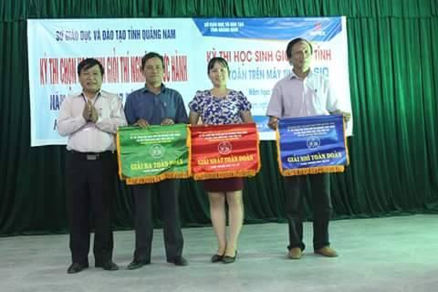Ban Tổ chức trao giải cho các đoàn. ảnh: C.T.V