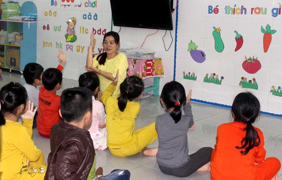 Bằng sự tận tâm của mình, cô Quyền đã giúp cho nhiều em học sinh có hoàn cảnh được đến trường. Ảnh: ĐÔNG DƯƠNG