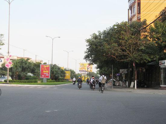 Học sinh đi xe máy, xe đạp điện không đội mũ bảo hiểm trên đường. Ảnh: AN DÂN