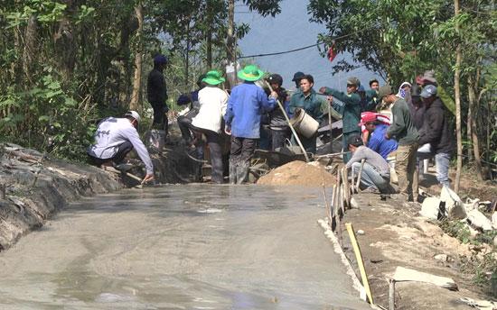 Đoàn viên thanh niên tham gia xây dựng đường bê tông nông thôn. Ảnh: T.TÚ