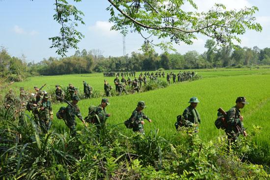 Bộ CHQS tỉnh luyện tập hành quân ra khu sơ tán. Ảnh: TUẤN ANH