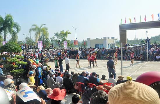 Giải Bóng chuyền nữ tỉnh Quảng Nam năm 2017 diễn ra tại Quế Sơn luôn thu hút đông đảo người xem.Ảnh: AN NHI