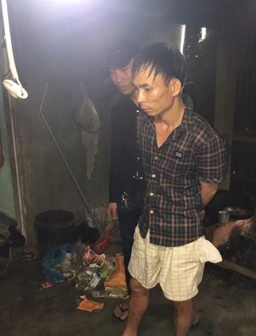 Đối tượng Nguyễn Công Tâm (áo caro) bị bắt tại nơi ở