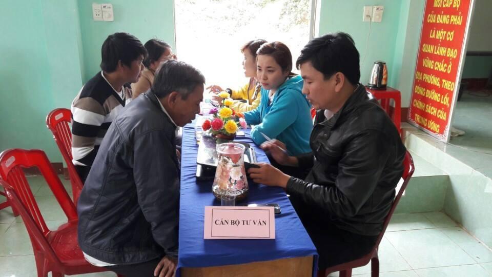 Cán bộ Phòng Tư pháp huyện Đại Lộc tư vấn pháp luật cho người dân. ảnh: T.V