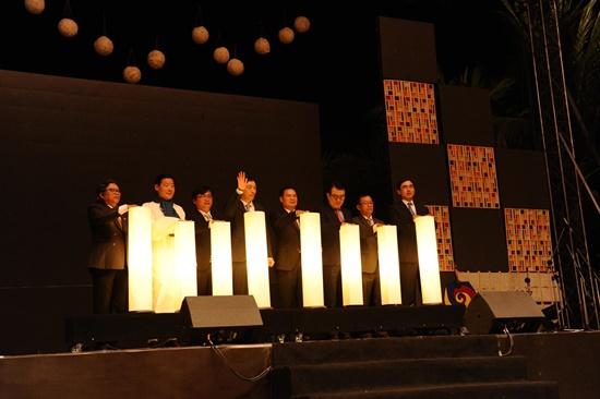 Lãnh đạo tỉnh Quảng Nam – Hội An và Đại sứ quán Hàn Quốc nhấn nút đèn lồng mở đầu cho chương trình khai mạc lễ hội