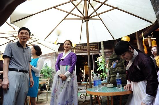 Ngài Lee Hyuk Đại sứ quán Hàn Quốc tại Việt Nam tìm hiểu văn hóa tại phố cổ Hội An