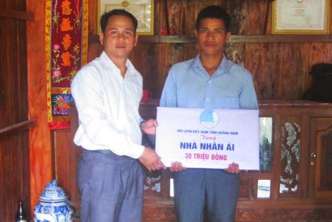 Anh Đỗ Hữu Tùng trao nhà nhân ái giúp thanh niên nghèo.