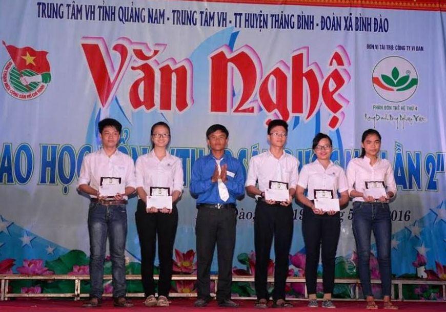 Anh Trần Hữu Việt tặng học bổng cho học sinh.