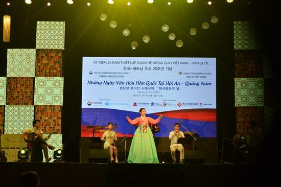 Nhiều tiết mục âm nhạc của các băng nhạc Hàn Quốc đã mang đến sự thích thú cho du khách