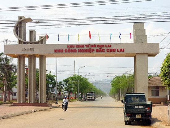 Cổng vào Khu công nghiệp Bắc Chu Lai (Núi Thành) thuộc Khu kinh tế mở Chu Lai. Ảnh: T.D