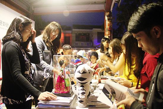 Gian hàng quà lưu niệm Hàn Quốc thu hút nhiều bạn trẻ.  Ảnh: L.Q