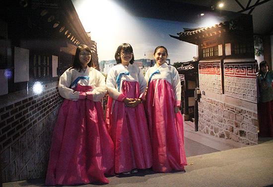 Các bạn gái Việt Nam thử trang phục truyền thống Hanbok của Hàn Quốc. Ảnh: L.Q